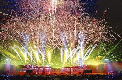 花火で港の誕生日祝う