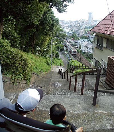 電車見下ろす丘の景色