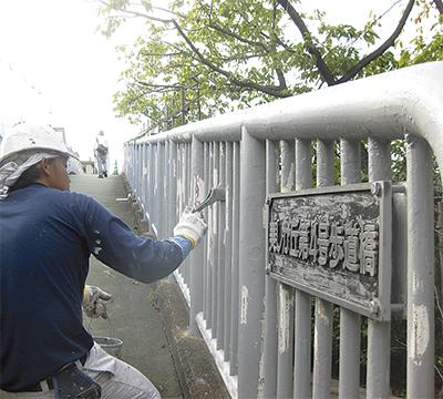 歩道橋を塗り替え