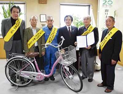 区に防災自転車を寄付