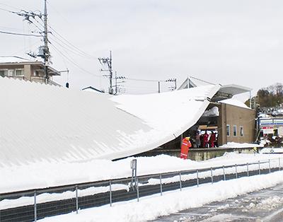 積雪で屋根落下