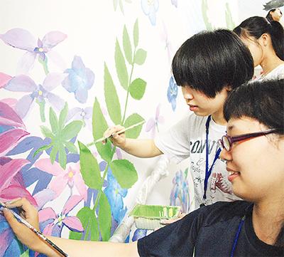 患者いやす壁画制作