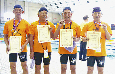 水泳リレーで日本新