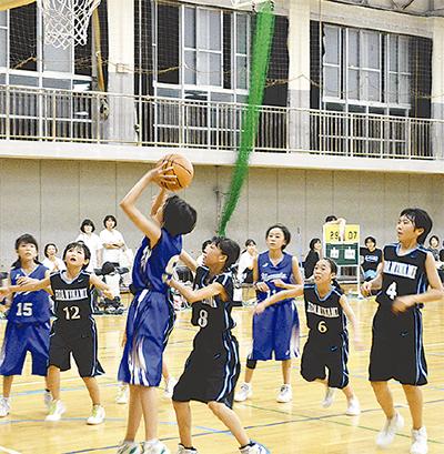 夜の体育館でバスケ交流