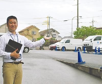 駐車場を示す松江さん