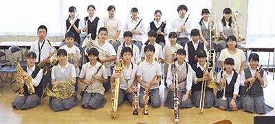 楽器を手に笑顔を見せる部員たち