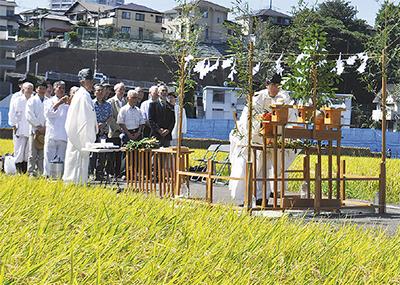 神事で豊作を祝う