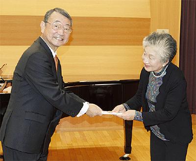 佐川理事長(左)と三村代表=同法人提供