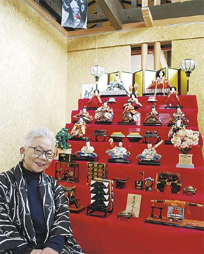 館内に展示中の7段飾りと濱崎さん