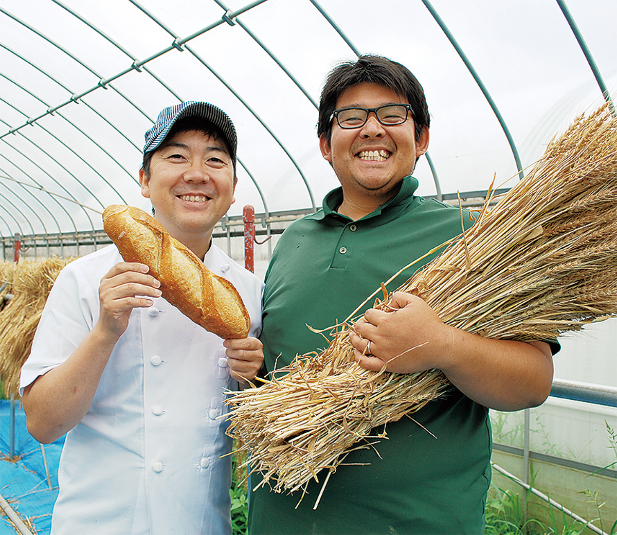 グリーンの小麦を使ったフランスパンを手にする奥山さん(左)と長谷川さん