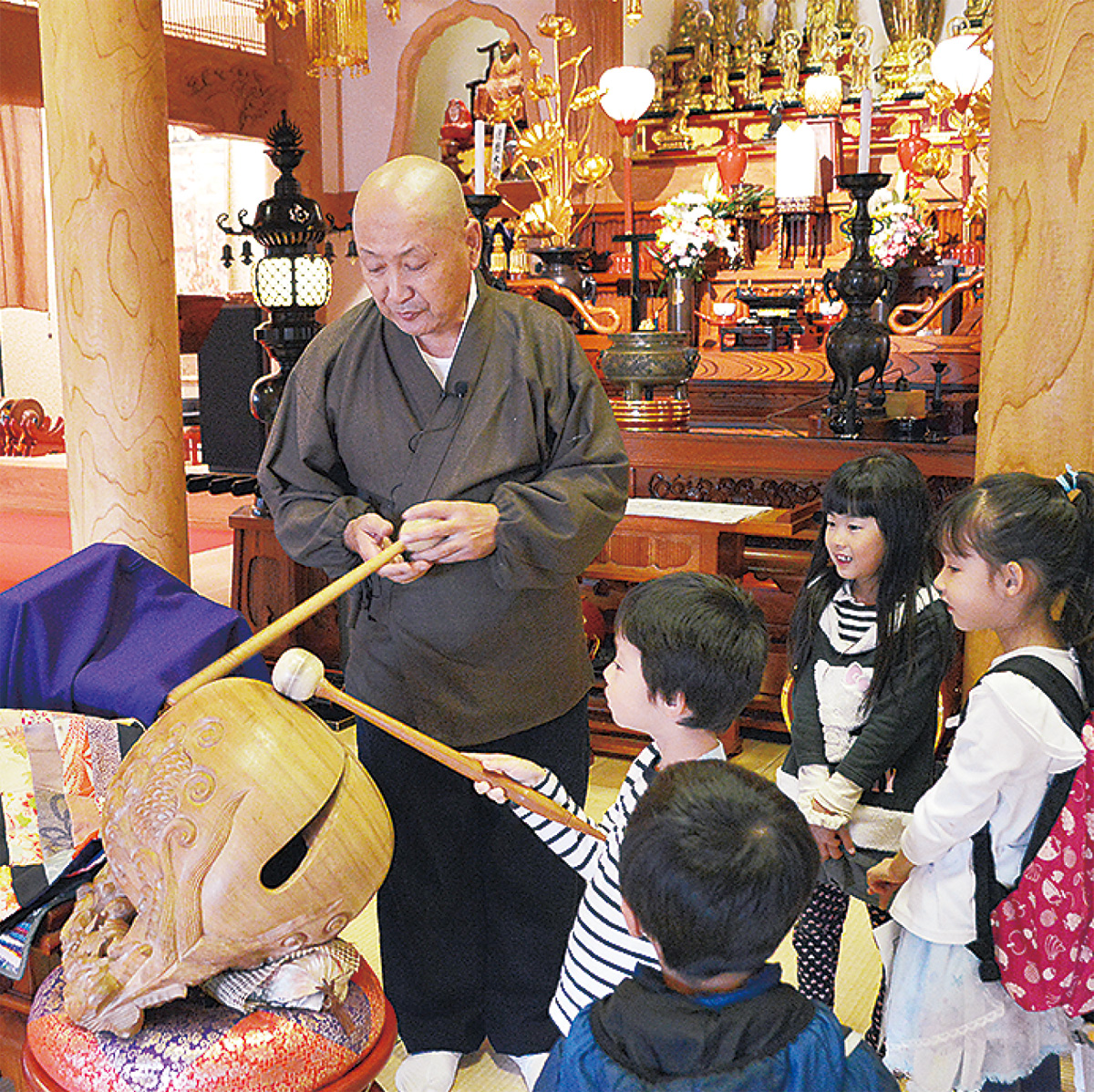 祥泉院の本堂で興味津々の子どもたち