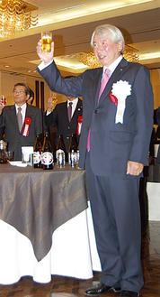 乾杯をする石川県議