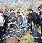 だんごを焼く参加者たち(北八朔公園)