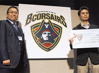 チームロゴをデザインした増田有さん(右)