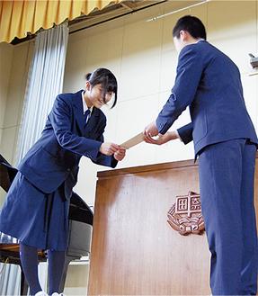 お互いの代表者が壇上で挨拶を交わした
