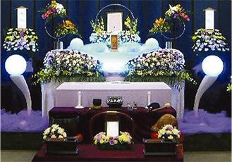 家族葬で要望の多い花祭壇が285,000円〜で可能(家族葬施行例写真)