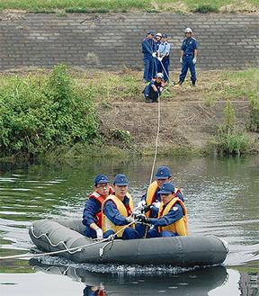 救命ボートを操作する緑警察署員ら