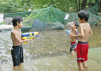 水てっぽうで遊ぶ子どもたち(今月6日撮影)