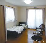 ▶明るく清潔な居室には備え付けの介護ベッドとカーテン