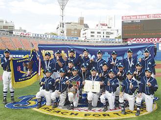 横浜スタジアムでの決勝戦に勝利し、笑顔を見せるオール緑の選手