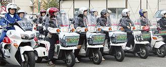 「パトロール中」と書かれたオートバイで地域を回る