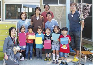 届けられたブロックを手に笑顔を見せる鹿妻保育所の子どもたち