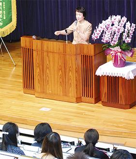 学生の前で講演を行う林市長