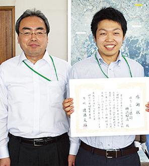 大越店長(左)と、窓口で対応した箱守克昭さん