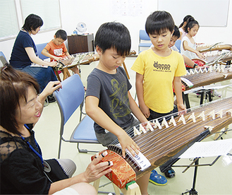 演奏の指導を受ける参加児童