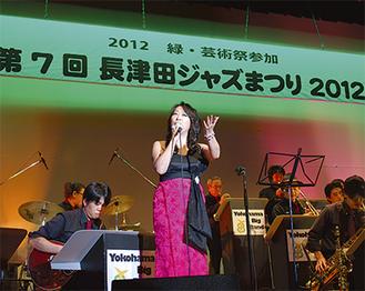 歌声を披露するおぬきのりこ氏(中央)