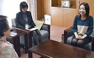 市長に入賞報告する中山さん(右)