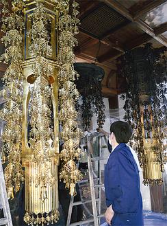 金メッキの輝きを撮り戻した幢幡(左)。写真右は清掃前の幢幡