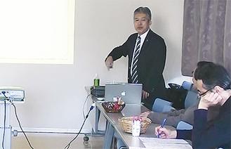 ユーモアを交えて話す神津さん(写真左)