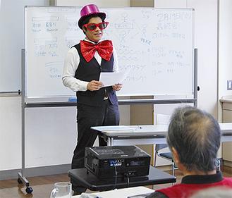 生徒たちに説明する「からくりキング」のヂルシーまことさん