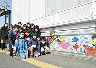 設置された壁画と鴨居小環境委員の児童