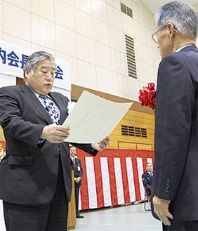 津田区長(左)から感謝状を贈呈される受賞者
