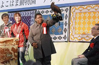 タンザニア大使(中央)もバードショーに挑戦