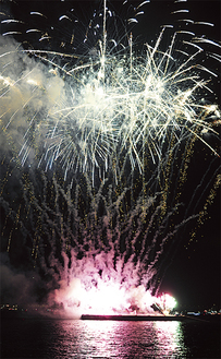 花火が港を美しく彩る