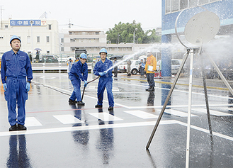 放水作業を披露する参加団体