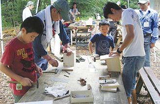 木工品づくりに励む参加者