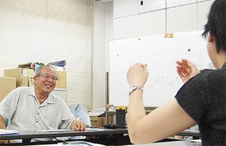 メンバーをまとめる大庭さん(左)