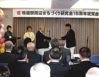 協賛企業に感謝状を贈る熊本代表