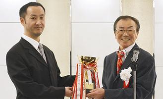 上杉会長(右)と港北ハリケーンズ佐藤監督(左)