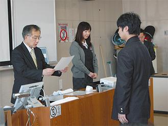 修了証を授与する齊藤社長