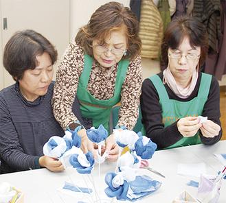 造花づくりに取り組む参加者