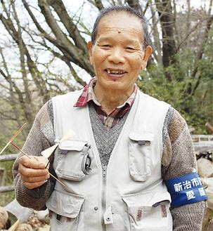 自作の竹とんぼを手にする火山さん