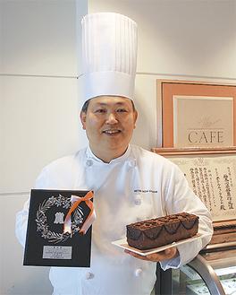 ケーキの表面にはチョコレートでぶどうの模様が上品にあしらわれている