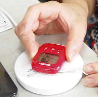 同事業で使用される歩数計と専用リーダー