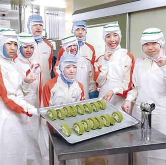 外食事業会社でケーキづくりを体験する中学生ら