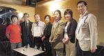 登録証を手にする山越会長(左から3番目)